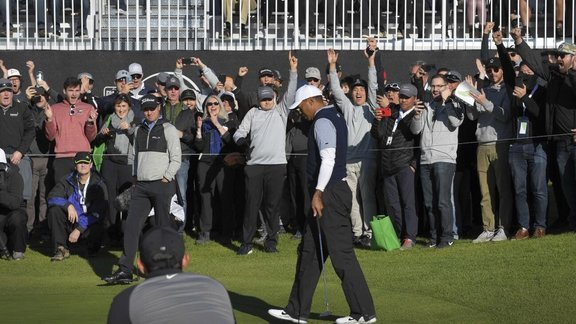 Pha ghi Eagle xuất thần của Tiger Woods tại Genesis Open 2019